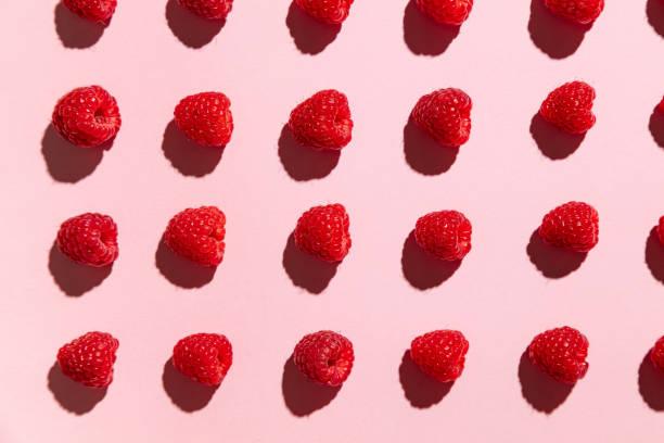 raspberries on a pale pink background - framboesa imagens e fotografias de stock