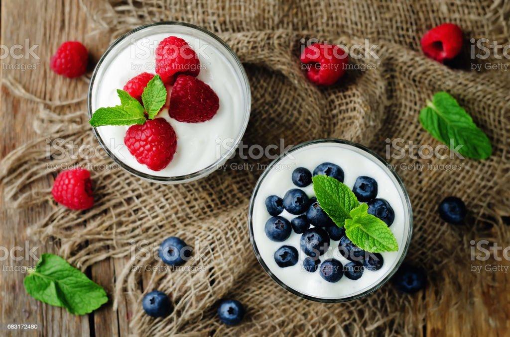 Raspberry and blueberry greek yogurt parfait 免版稅 stock photo