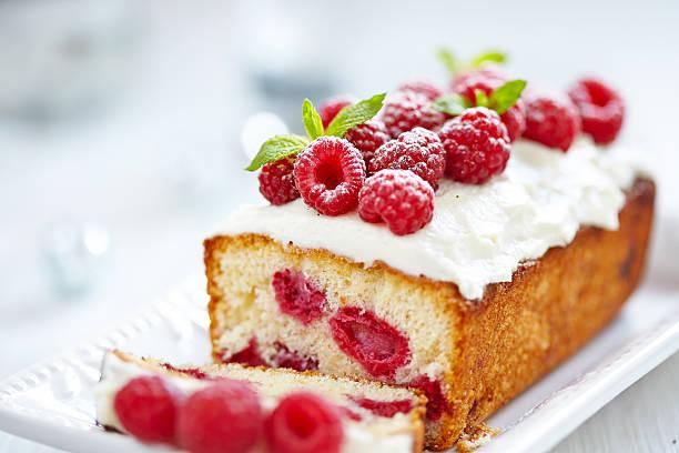 himbeer torte für feiertage - himbeerzuckerguss stock-fotos und bilder