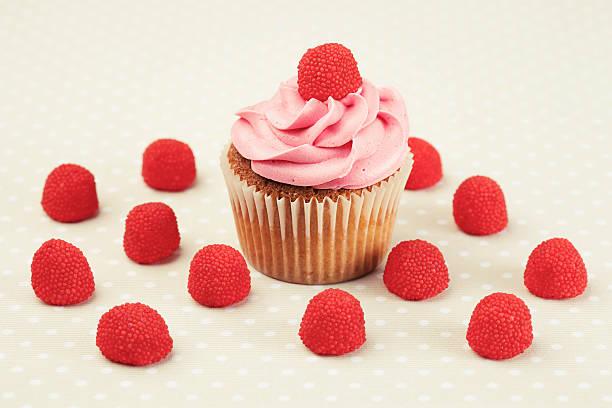 himbeer-cupcake - himbeerzuckerguss stock-fotos und bilder