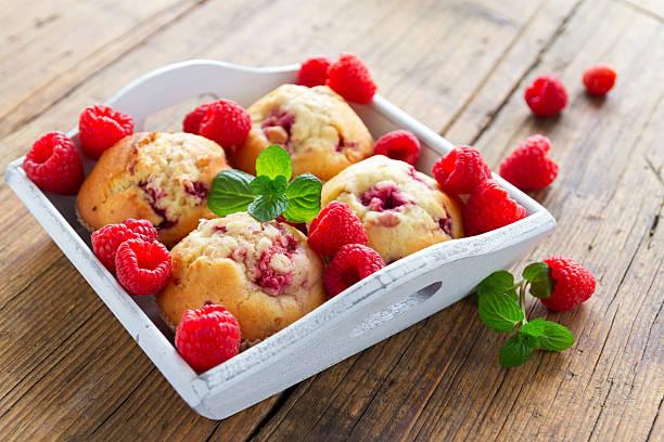 himbeer-cupcakes - obst kalorien stock-fotos und bilder