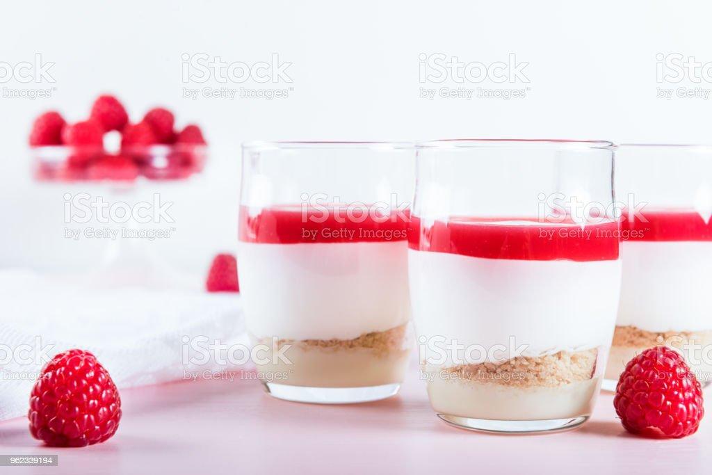 Himbeer Dessert Aus Geschlagene Weiße Mousse Au Chocolat Und Raspbe