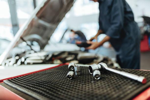 ratsche schraubenschlüssel und steckdosen in kfz-werkstatt - autowerkstatt stock-fotos und bilder
