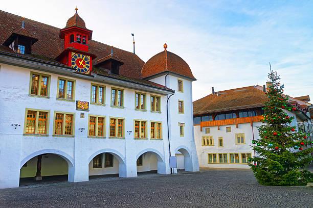 rathaus hotel and christmas tree in thun city hall square - thun switzerland stock-fotos und bilder