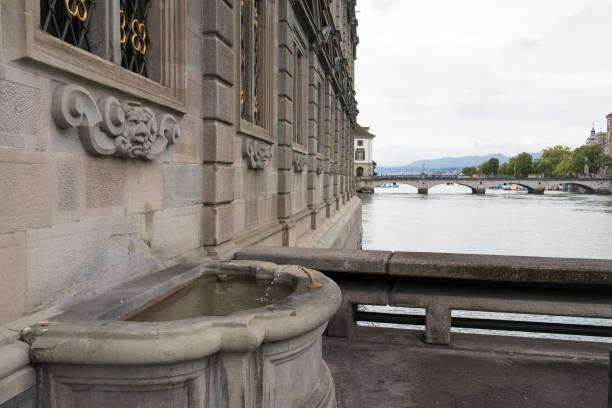 rathaus zürich and limmat river - zurigo foto e immagini stock