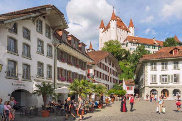 rathausplatz in thun, schweiz - thun switzerland stock-fotos und bilder