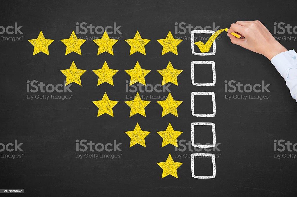 Nominal de cinco estrellas doradas en pizarra - foto de stock
