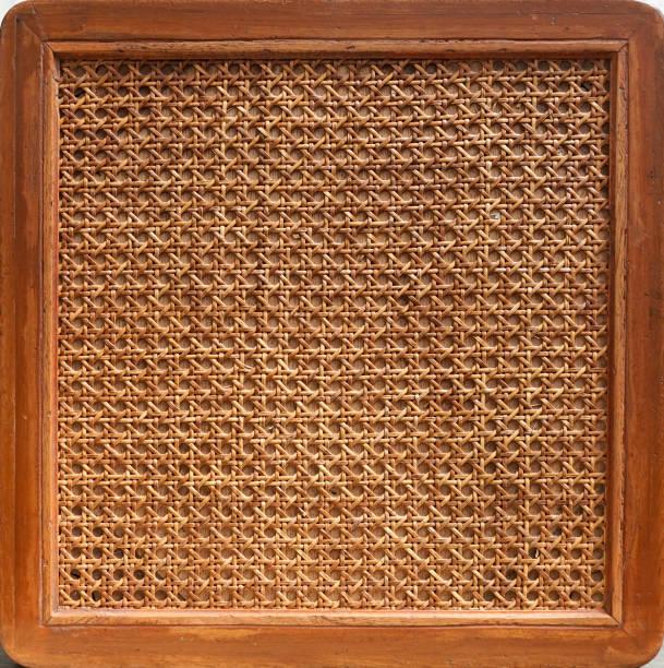 rotting stol. en sluten upp detaljer mönster som bildas av rge open weave rotting sockerrör på en stol sits. konsistens och bakgrund av en vävd stol. - halmslöjd bildbanksfoton och bilder