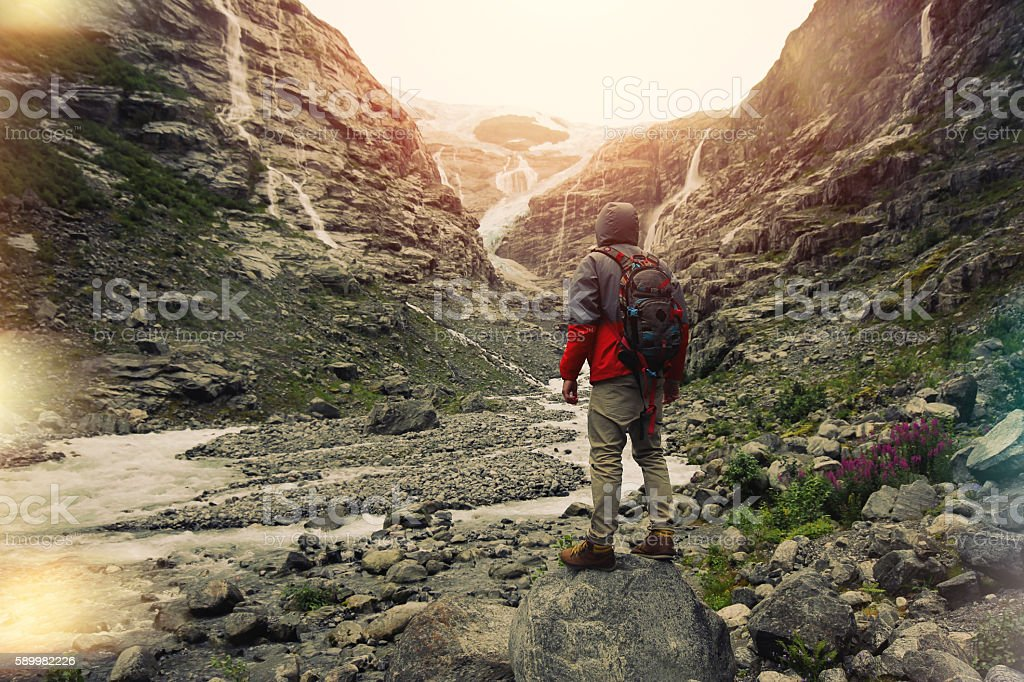 Иrave man with a backpack standingbnear glacier – Foto