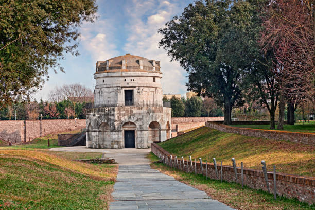 ravenna, italië: het mausoleum van theodorik de grote - mausoleum stockfoto's en -beelden