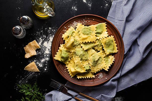 ravioli mit spinat und ricotta-käse. parmesan. in einer platte - ricotta stock-fotos und bilder