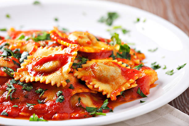 ravióli com molho de tomate - comida italiana - fotografias e filmes do acervo