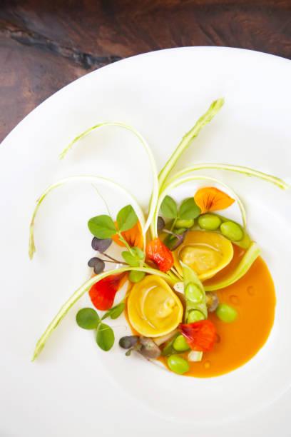 ravioli mit gemüse, kreative mahlzeit restaurantkonzept, haute couture-essen - pasta deli stock-fotos und bilder