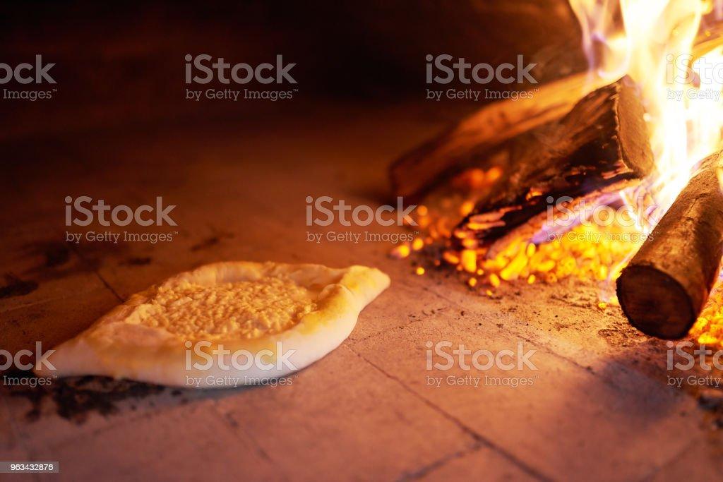 surowy Ajarian khachapuri gotowane w piecu z płonącego drewna opałowego. - Zbiór zdjęć royalty-free (Abchazja)