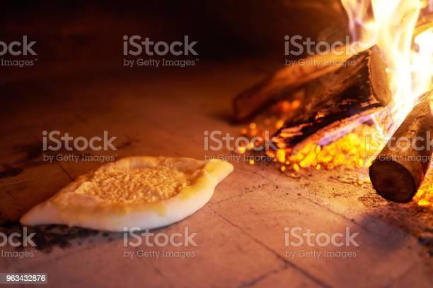 Surowy Ajarian Khachapuri Gotowane W Piecu Z Płonącego Drewna Opałowego - zdjęcia stockowe i więcej obrazów Abchazja