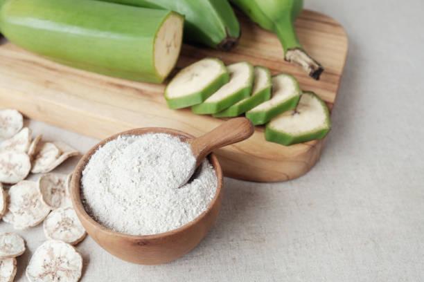 원시와 말린 녹색 바나나, 질경이 가루, 저항 밀가루, prebiotic 음식 - 플렌틴 바나나 뉴스 사진 이미지
