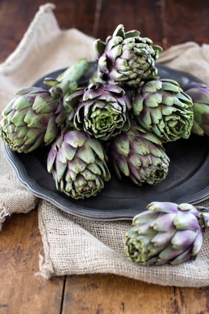 raw artichokes - foto de stock