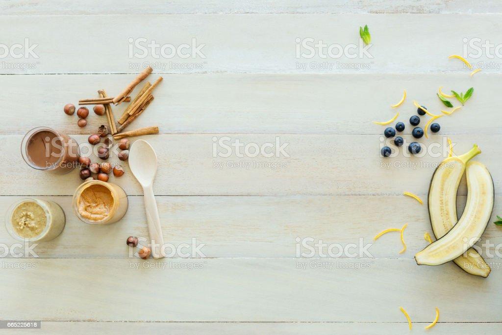 Rohe Banane, Erdnussbutter, Faszination auf Tisch – Foto