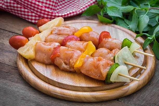 raw barbecue auf holz schneidebrett - kebab marinade stock-fotos und bilder