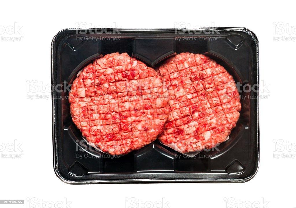 Des hamburgers de bœuf cru dans un emballage plateau - Photo