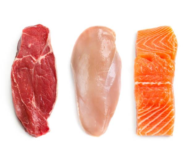 rohes rindfleisch huhn und fisch isoliert top view - lachs meeresfrüchte stock-fotos und bilder