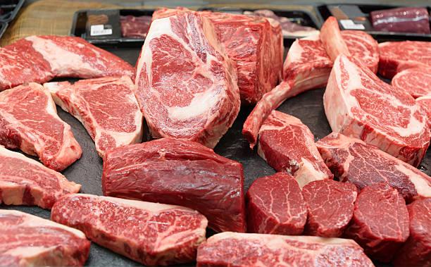 mercado de carne crua em uma prateleira - cru - fotografias e filmes do acervo