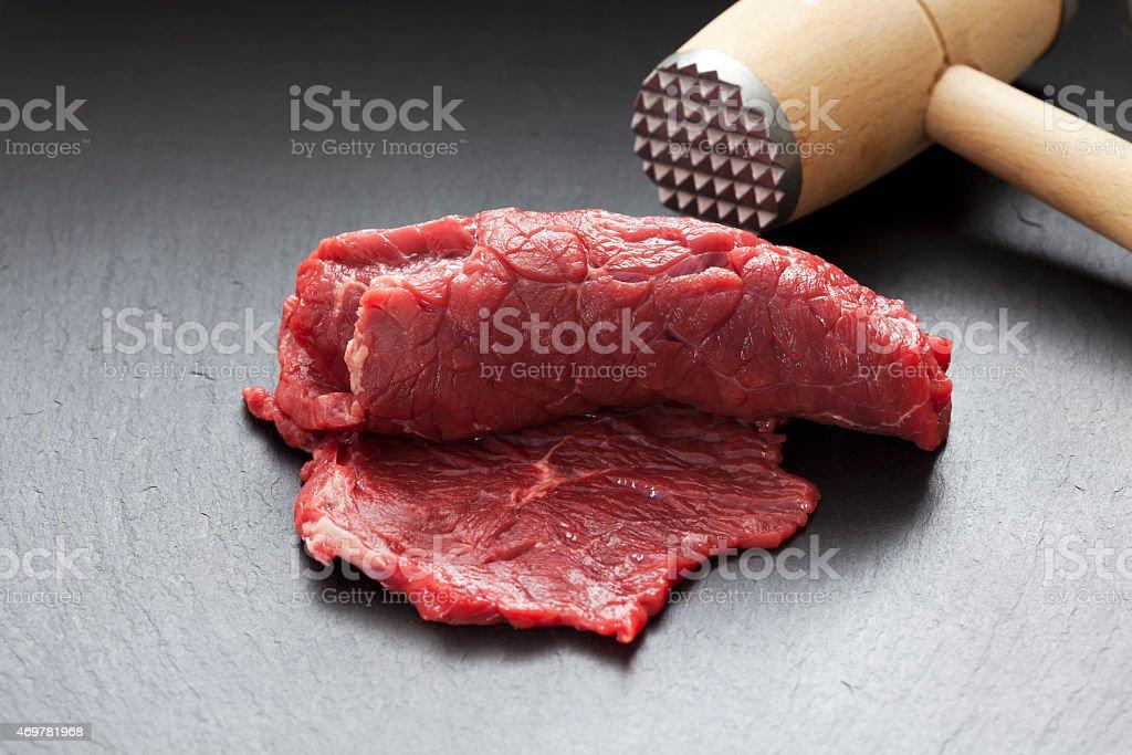 Enrolado de carne crua e Batedor de Carne em ardósia - foto de acervo