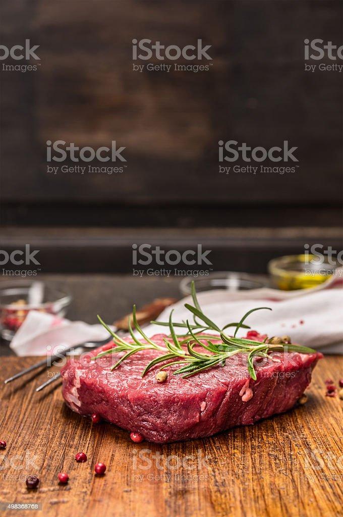 Bife de carne crua ingredientes para culinária rústica kitcen mesa - foto de acervo