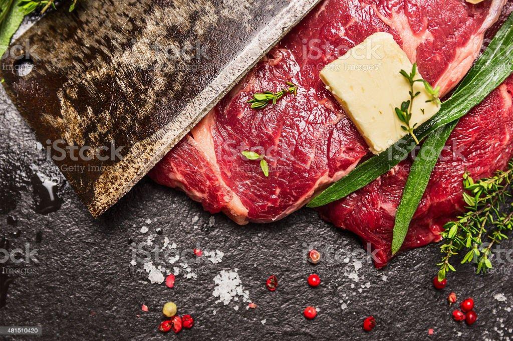 Rohe Rindfleisch steak mit meat cleaver, butter und frischen Kräutern – Foto