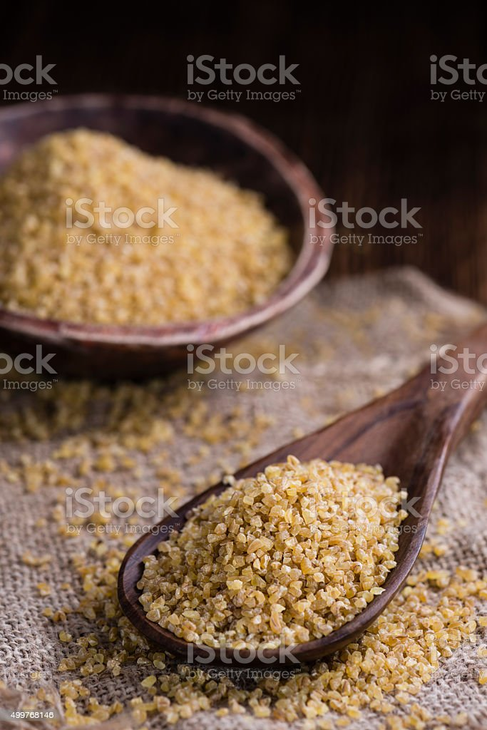 Raw Bulgur (sur fond en bois - Photo