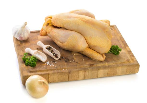 Bereit, auf Holzbrett gegart werden rohes Hühnchen – Foto
