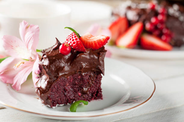 rohe schokolade und rote beete kuchen mit beeren - paleo kuchen stock-fotos und bilder