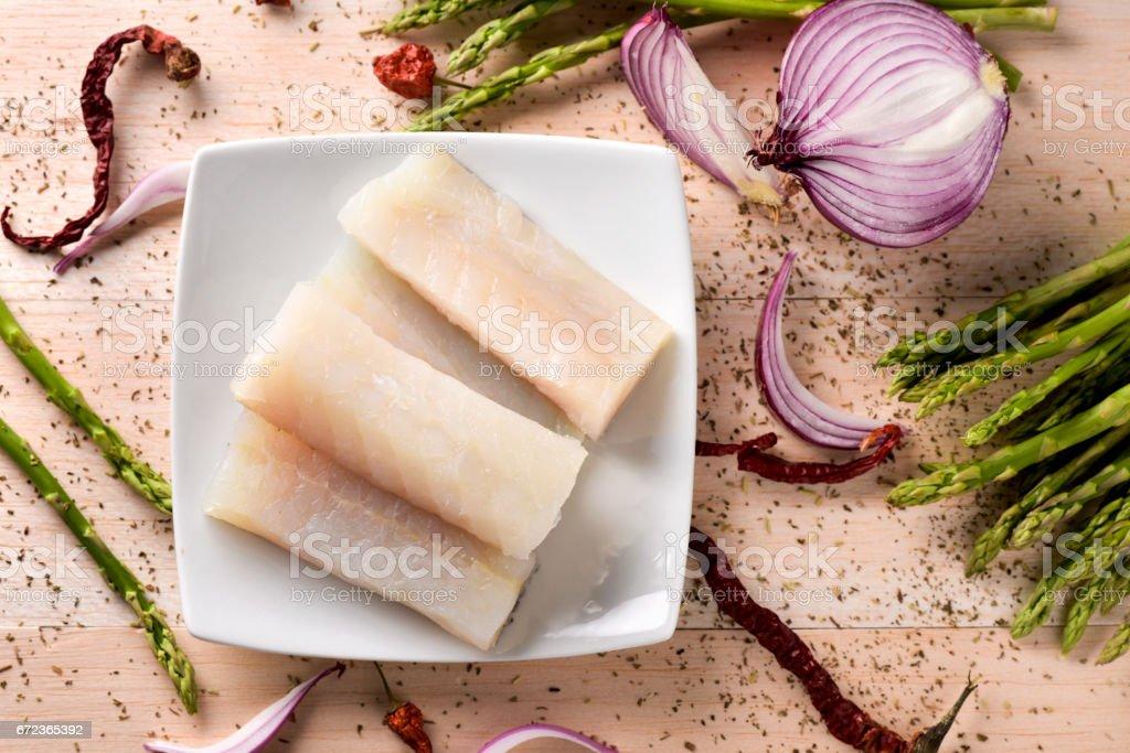 raw codfish, wild asparagus, chilis and onion - fotografia de stock
