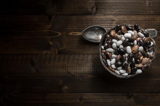 어두운 나무 배경에 원시 다채로운 콩 갈색에 대한 스톡 사진 및 기타 이미지