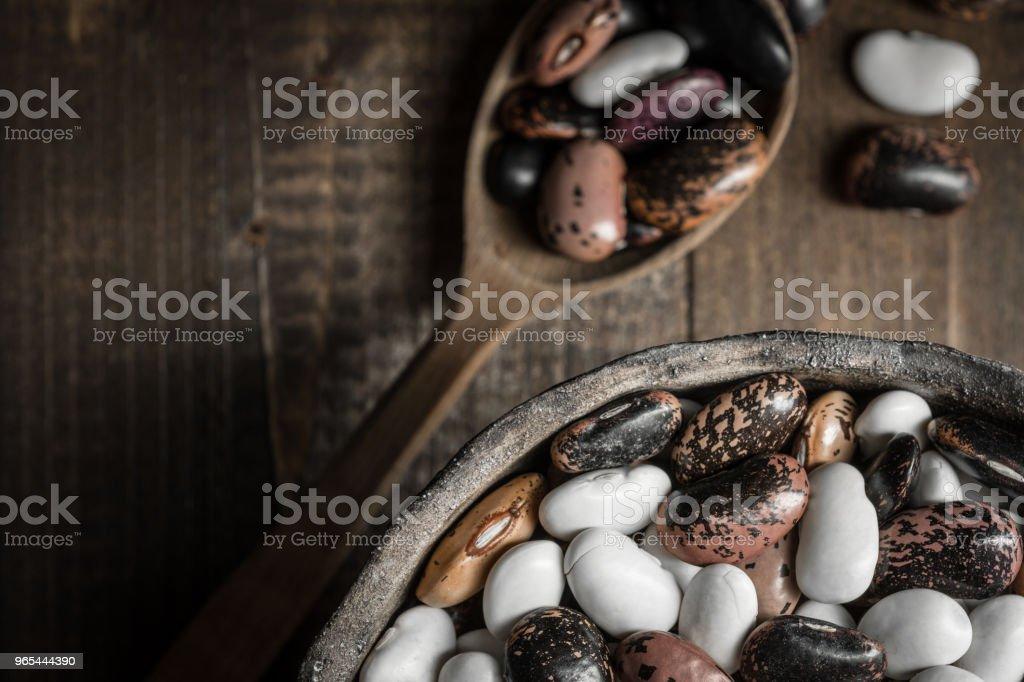 어두운 나무 배경에 원시 다채로운 콩 - 로열티 프리 갈색 스톡 사진