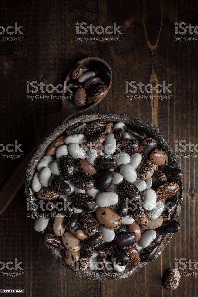Bunte Rohkaffee auf dunklem Holz - Lizenzfrei Ausgedörrt Stock-Foto