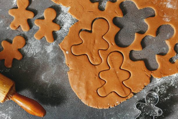 ruwe deeg voor het koken van kerstkoekjes gember mannen - speculaas stockfoto's en -beelden