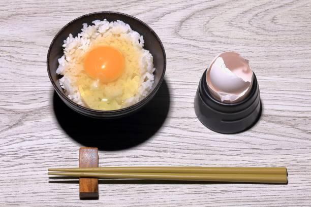 生卵のご飯 - ご飯茶碗 ストックフォトと画像