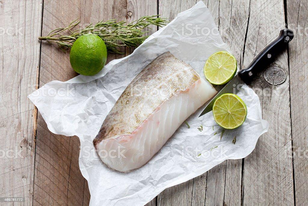 Filete de pescado crudo, codfish en greaseproof papel - foto de stock