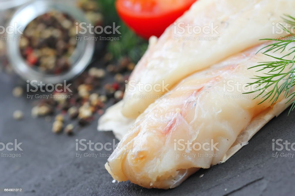 Raw fish fillet with spices and lemon foto stock royalty-free