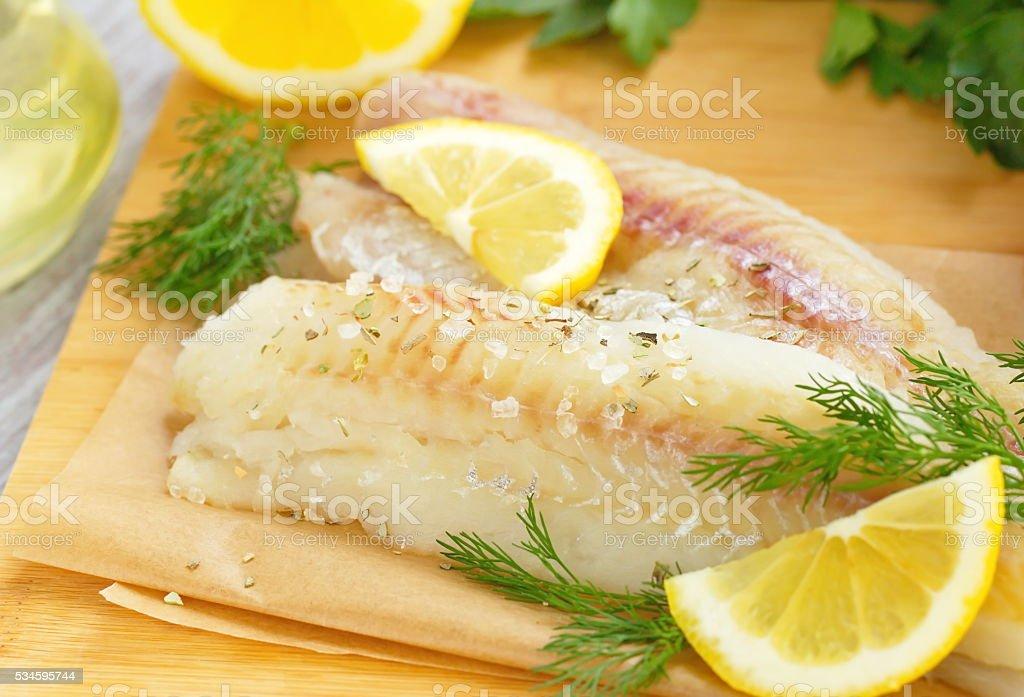Peixe cru com condimentos, limão e produtos hortícolas - fotografia de stock
