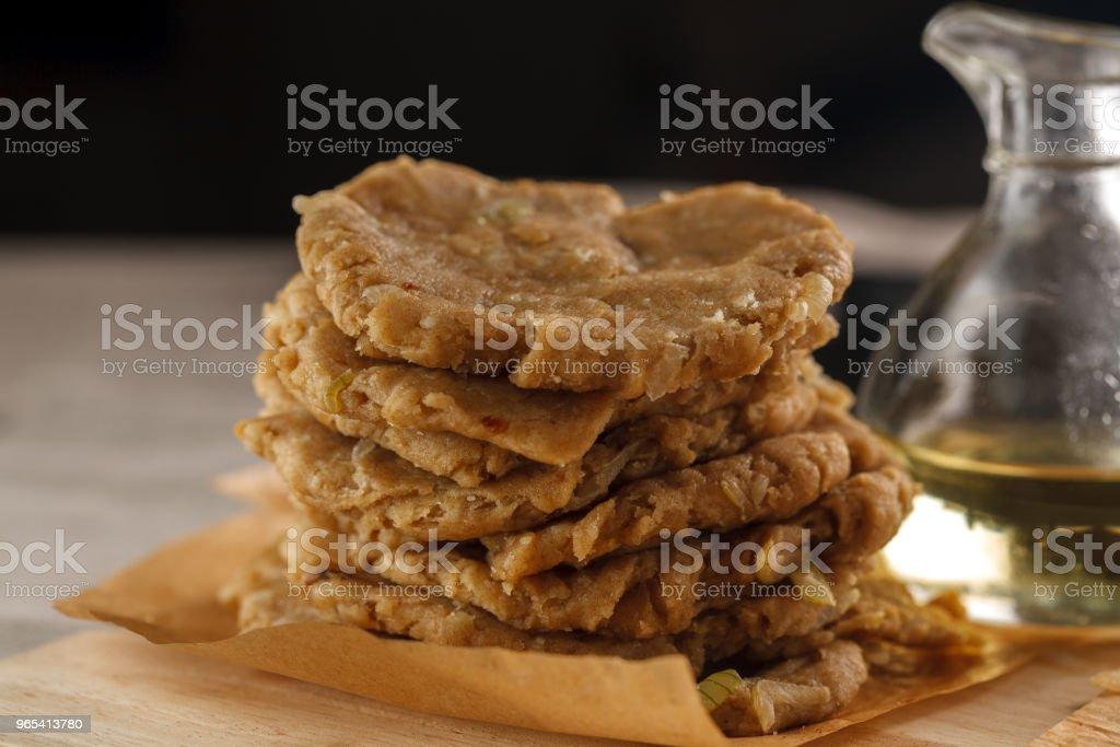 원시 평평 빵과 그릴의 배경에 절단 보드에 오일의 물병 - 로열티 프리 굴리기 스톡 사진