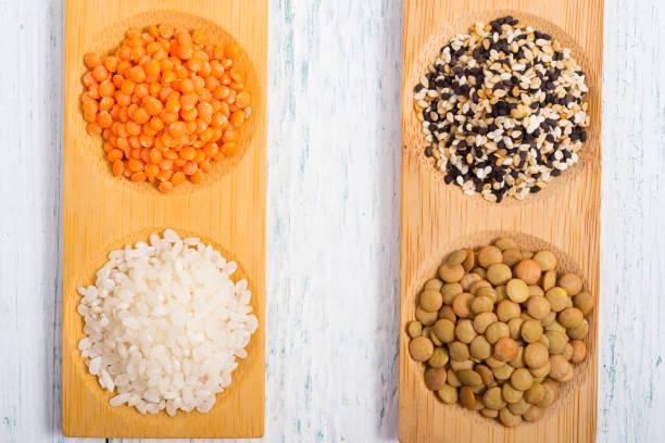 Rohkost Ernährung Körner auf weißer Holztisch – Foto