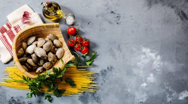 rå mat ingredienser för matlagning spaghetti alle vongole - pasta vongole bildbanksfoton och bilder