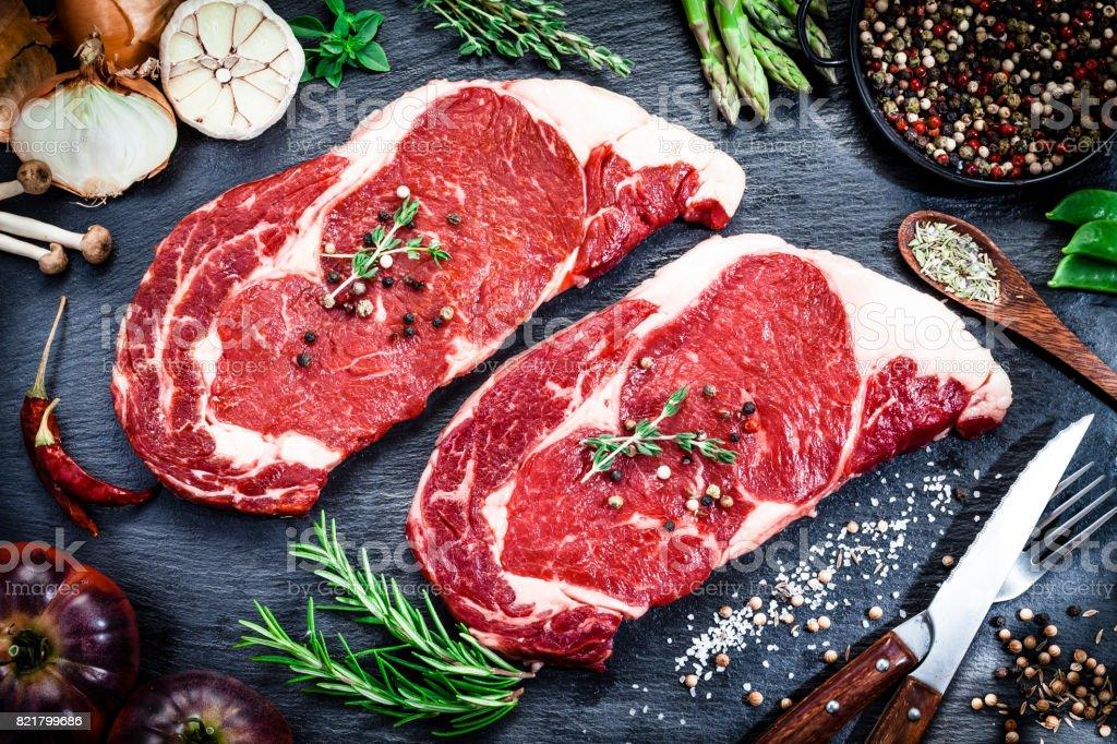 Bife de carne fresca em fundo escuro - foto de acervo