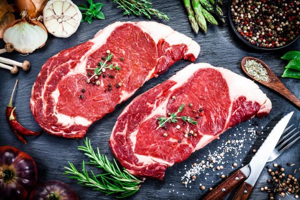 어두운 배경에서 원시 신선한 쇠고기 스테이크 - 날것 뉴스 사진 이미지