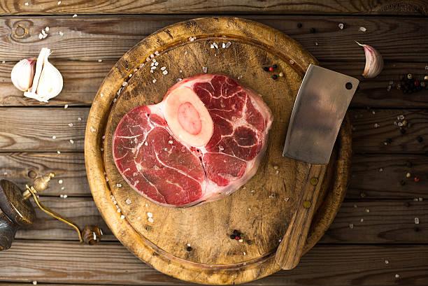 raw fresh cross cut veal with garlic, pepper and seasonings. - 脛 ストックフォトと画像