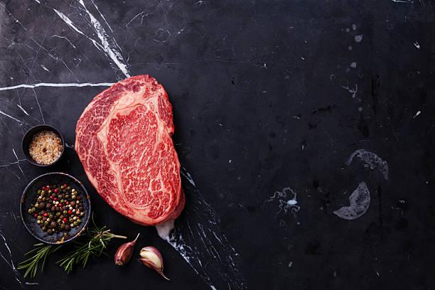 crus frescos de carne bife ribeye marmóreo - beef angus imagens e fotografias de stock