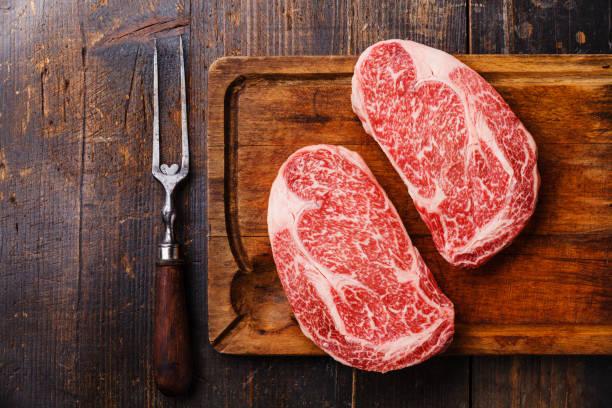 rauw vers gemarmerde vlees ribeye steak - ribeye biefstuk stockfoto's en -beelden