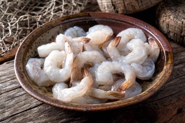 camarão branco do pacífico fresco cru - cru - fotografias e filmes do acervo